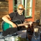 2013-08-25 Magnus spelar gitarr