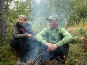 Den sociala tillvaron är viktig när man jagar tillsammans. Vi gör ofta en brasa mitt på dagen och lagar mat över öppen eld